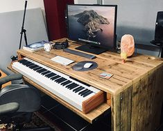 Studio Furniture, Home Studio Desk, Music Studio Room, Audio Studio, Recording Studio Home, Piano Desk, Piano Room, Piano Digital, Handmade Desks