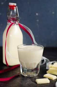 The BEST homemade white chocolate liqueur that is so easy to make, and absolutely delicious with extra white chocolate flavor! It's NOT sickly sweet, but still has the creamy taste of white chocolate! Far better than store bought too. Homemade Liqueur Recipes, Homemade Alcohol, Homemade Liquor, Homemade Kahlua, Baileys Recipes, White Chocolate Liqueur, Chocolate Liquor, Triple Sec, Alcohol Drink Recipes