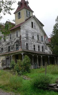 Unique Home Architecture — Old Farm House With charisma design Old Abandoned Buildings, Old Buildings, Abandoned Places, Abandoned Castles, Old Mansions, Abandoned Mansions, Beautiful Buildings, Beautiful Places, Mansion Homes