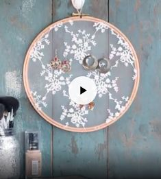 Tambour DIY couture hack détourner un vieux tambour à brode Drum DIY Sewing Hack distract an old embroidery drum to create a … - Crafts For Christmas Cool DIY projects with embroidery hoops This simple painting technique yields colorful results w Cute Crafts, Crafts To Do, Crafts For Kids, Diy Projects To Try, Craft Projects, Creation Deco, Crafty Craft, Diy Art, Diy Gifts