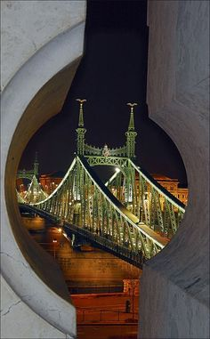 Ponte e espionagem / Liberty Bridge across the Danube River in Budapest, Hungary The Places Youll Go, Places To See, Wonderful Places, Beautiful Places, Liberty Bridge, Capital Of Hungary, Photo Voyage, Les Religions, Danube River