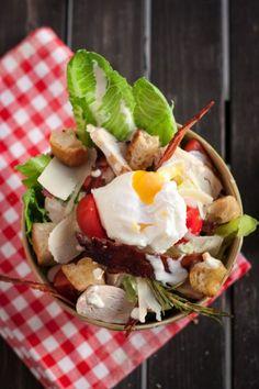 Bon tout le monde connait la salade César, mais ça ne fait pas de mal de revoir un peu ses basiques, en plus ça doit être ma salade préférée. Il y a tout ce que j'aime dedans, du poulet, du lard gr...
