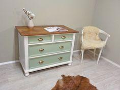 """frisch restauriert: Klassischer Kommodenschrank, Korpus in Weiß, Schubladen in """"Old Green"""" lackiert, leichter used Look, Deckplatte ist Teakgold...  #ShabbyChic #ShabbyChicKommode #OldGreen #Lindgrün #Mintgrün #LandhausKommode #RetrosalonKöln #Retrosalon #Vintagemöbel #vintagefurniture #vintage #Upcycling #interiordesign #interior #Inneneinrichtung #Einrichtung #Inneneinrichter #Köln"""