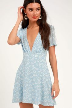 Go wandering through the wildflowers in the Lulus Garden Explorer Light Blue Floral Print Mini Dress! Floral mini dress with a deep V-neck and ruffle sleeves. Dresses For Teens, Dresses Online, Blue Dresses, Women's Dresses, Floral Dresses, Trendy Dresses, Casual Dresses, Mini Dresses, Party Dresses