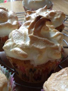 Lemon meringue cupcakes Meringue, Buns, Muffin, Lemon, Pie, Cupcakes, Breakfast, Desserts, Food