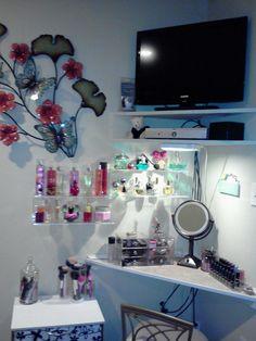 makeup table for small spaces || Cute, maar rommelig. Idee is leuk / handig :)