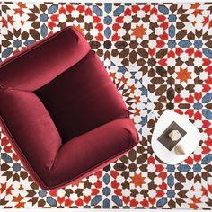Piękny marokański wzór z czerwonym akcentem, dostępny w salonie Interno Italiano French Seam, Lounge Sofa, Floor Chair, Sofas, Armchair, Relax, Cozy, Living Room, Elegant