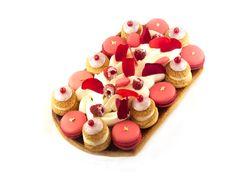 St Honoré : Pâte feuilletée / Choux vanille / Confit fruits rouge / Ganache montée vanille/ Macarons / Ganache framboises/ Chantilly mascarpone