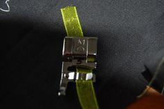 Le pied 3 cordons permet de fixer 3 cordonnets pour des décorations avec des points fantaisie de couleur contrastées, on peut aussi y glisser un ruban étroit: