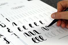 Üben,Üben,Üben – das ist die Devise, wenn es ums Handlettering geht. Entschuldigungen, wie eine schreckliche Handschrift oder fehlendes künstlerisches Talent, gibt es beim Handlettering nicht, denn alles ist nur eine Sache der Übung. Zugegeben, es kann dauern, bis du mit deinem eigenen Handlettering zufrieden bist, aber bei konsequenter Übung wirst du schnell Erfolge und Verbesserung …
