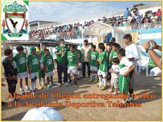 El Alcalde de Chepen nos entrega el trofeo después de haberle ganado al equipo de Chepen