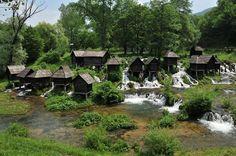 """Yaytse - Bosna Hersek   Osmanlı'ya ait cami, köprü, han, hamam, kütüphane, medrese gibi yüzlerce eserin bulunduğu Bosna-Hersek, bu tarihi zenginliğinin yanı sıra adeta """"cennet"""" gibi doğal güzellikleri de bünyesinde barındırıyor. Yaytse kentindeki şelale turistlerin uğrak adreslerinden."""