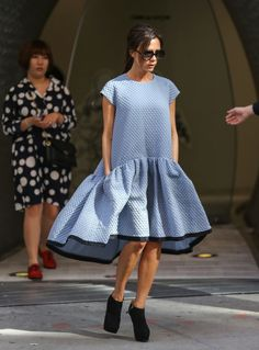 Victoria Beckham slips into her favourite piece from S/S collection - and looks like a posh lampshade Elegant Maternity Dresses, Maternity Fashion, African Dresses For Kids, Minimal Dress, Funky Dresses, Look Fashion, Womens Fashion, Victoria Beckham Style, Frocks For Girls