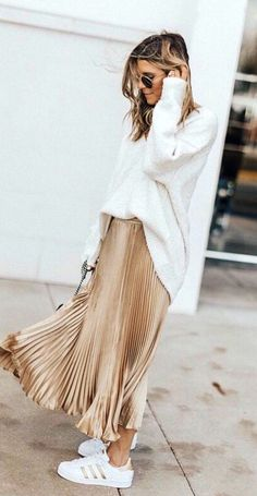Maxirok combineren op 5 manieren Gold Pleated Skirt, Metallic Skirt, Pleated Skirt Outfit Midi, Zara Pleated Skirt, Gold Skirt Outfit, Skirt Outfits, Dress Skirt, Skirt And Sneakers, Summer Sneakers