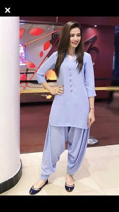 Beautiful Sana Javed Looks Like A Superstar in Solid Colors! How Much Do You Love Those Traditional Khusas? Abaya Simple, Simple Pakistani Dresses, Pakistani Fashion Casual, Pakistani Dress Design, Pakistani Outfits, Indian Fashion, Indian Outfits, Salwar Designs, Kurta Designs Women