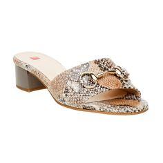Kožené dámské nazouváky Högl na středním podpatku jsou zdobené originálním motivem hadí kůže. Přední část obuvi doplňuje drobná kovová sponka. Zvýšený podpatek dělá z jednoduché obuvi módní model, který můžete bez obav nazout k upnutým třičtvrtečním kalhotům nebo legínám.