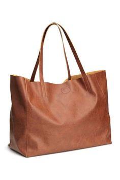 Sac shopping: Cabas en imitation cuir gréné souple. Modèle avec double poignée et fermeture magnétique en haut. Une poche intérieure zippée. Dimensions 19x30x39 cm.
