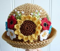 sunflower hat pattern on site Sombrero A Crochet, Crochet Baby Hats, Crochet Beanie, Knit Or Crochet, Crochet For Kids, Crochet Crafts, Yarn Crafts, Crochet Projects, Crocheted Hats