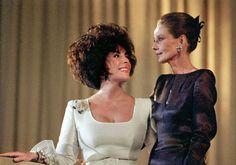Elizabeth Taylor y  Audrey Hepburn  en la gala benéfica 'Arte contra el Sida' en Basilea, Suiza en 1991.