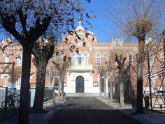 Madrid Moderno. Camino y edificio Fundacion Caldeiro.