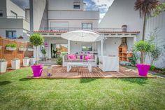 Arq. Luis Pedro Abreu | Exteriores | Outdoor | Garden | Garden Decking | Parasol | Lounge Chair | Pink | Plant Pots | Cushions | Almofadas