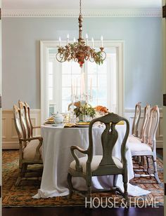 15+ Party Ready Dining Rooms With Holiday Flair