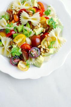 Ingredientes: (para dos personas) 2 puñados tomates cherry cortados en dos 1 aguacate en cubos 2 tazas de pasta cocida 1 limón, exprimido 1 diente de ajo, finam
