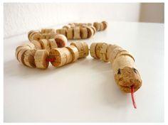 Una culebra de corchos