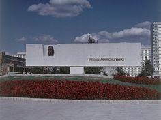 Pomnik Juliana Marchlewskiego przy Hali Mirowskiej (zdjęcie archiwalne) nac