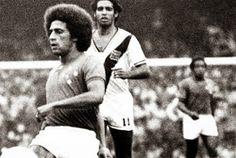 Luiz Carlos do Vasco persegue Roberto Batata em jogo contra o Cruzeiro pela fase de grupos da Libertadores de 1975.