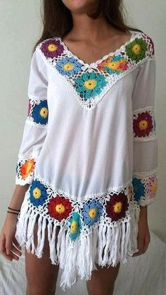 blusa crochê e crepe estilo bojo com fra Pinspiration for adding granny square border to plain shirt This Pin was discovered by Tyn granny square crochet dress with long sleeve Best of Crochet and Sewing Idea I love crochet seams to the edges of dresses. Mode Hippie, Hippie Chic, Boho Chic, Boho Style, Crochet Granny, Knit Crochet, Crochet Blouse, Crochet Clothes, Crochet Projects