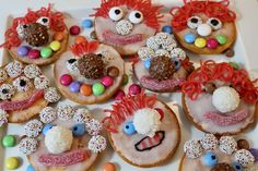 Funny clowns for children's birthday parties or carnival parties – landeiundco. Karneval Snacks, Karneval Diy, Clown Party, Circus Party, Circus Theme, Party Party, Party Buffet, Baking With Kids, Iced Cookies