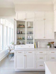 White kitchen, glass cabinet, brass hardware, shelf decor with pretty kitchen. Updated Kitchen, New Kitchen, Kitchen Dining, Glass Kitchen Cabinets, White Cabinets, Küchen Design, Layout Design, Design Ideas, Interior Design