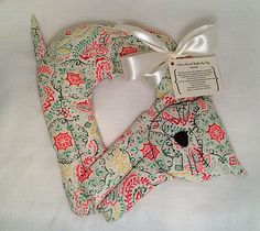 Items similar to Paisley Cat On Shoulder Rice Bag (Stick in Microwave to Warm Up or Freezer to Cool Down) on Etsy Easy Homemade Gifts, Diy Gifts, Handmade Gifts, Fabric Crafts, Sewing Crafts, Sewing Projects, Creative Arts And Crafts, Crafts To Make, Bean Bag Warmers