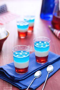 Che spettacolo! Un bicchierino alcolico può trasformarsi anche in un dolcetto, divertentissimo da fare e soprattutto da gustare! L'anima della festa per l'estate sarà il #jelly #shot!! Per il #4luglio ne abbiamo fatto uno a stelle e strisce: #curacao, #panna #cotta e #fragole per un tris irresistibile! In versione #dessert al #cucchiaio lo è ancora di più! #ricetta #GialloZafferano