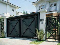 O modelo automático para garagem é de chapa de ferro. Observe que o portão...