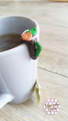 Théo l'asticot - Mini porte sachet de thé modelé à la main, élévé en captivité, en attente d'adoption.