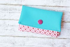 Fantastic Free Sewing Steps On Sunday Sewing Instructions Mini Purse - BANANA JAM Suggestions A step-by-step guide for a mini wallet, i. a small wallet that fits perfectly in your pocket! Diy For Men, Diy For Kids, Diy Coin Purse, Sewing Terms, Diy Wallet, Small Wallet, Sewing Courses, Sewing Projects For Kids, Free Sewing