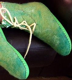 I could use a few tips from here to make my own. Felters Journey: LEATHER SOLES for Felted Slippers Felted Wool Slippers, Crochet Slippers, Wooly Bully, Felt Boots, Felting Tutorials, How To Make Shoes, Ugg, Needle Felting, Wet Felting