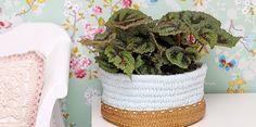 Met weefstokjes kun je makkelijk de leukste dingen maken. @jannekeassink maakte voor Craftkitchen dit plantenbakje met het mooie DMC Natura XL katoen en een tassenbodem. #DIY #weefstokjes