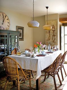 Comedor decorado encanto rústico Nice tones on hutch, great pendant lights Home Furnishing Accessories, Home Furnishings, Dining Area, Kitchen Dining, Dining Rooms, Provence Style, French Interior, Living Room Colors, Rustic Interiors