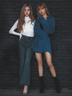 BLACKPINK-Rosé & Lisa The word K-pop has become synonymous with the letters B, T and S. But there is another record-breaking K-pop band that attracts the attention of the global audience with their music. Jenny Kim, Jennie Blackpink, Blackpink Fashion, Korean Fashion, Fashion Trends, Black Pink Lalisa Manoban, Girls Generation, Square Two, 1 Rose