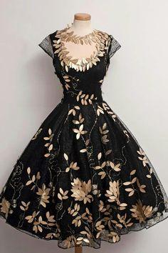 Adorable vestido con detalles de hojas doradas