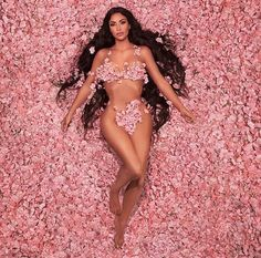 The Kardashian/Jenner sisters aren't afraid of showing off some skin. Here's every one of Khloé, Kim, Kourtney, Kendall, and Kylie's nude pics. Kim Kardashian Photoshoot, Kim Kardashian Hot, Estilo Kardashian, Kardashian Family, Kardashian Jenner, Kardashian Beauty, Kris Jenner, Halloween Outfits, Halloween Look