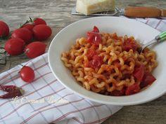 Un primo piatto semplice, veloce ma soprattutto buonissimo: Pasta al pomodoro, chiamata anche Pasta allo scarpariello, venite a scoprire perché