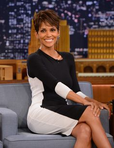 Halle Berry Photos - Halle Berry visits 'The Tonight Show Starring Jimmy Fallon' at Rockefeller Center on July 2014 in New York City. - Halle Berry Visits 'The Tonight Show' Halle Berry Pixie, Halle Berry Hot, Beautiful Black Women, White Women, Pixie Styles, Short Hair Styles, Halle Berry Hairstyles, Hally Berry, Popular Short Hairstyles