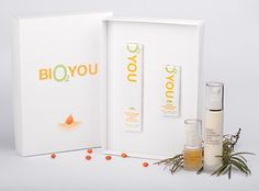 BIO2YOU Zestaw przeciwzmarszczkowy    Wspaniały zestaw  BIO2YOU składa się z dwóch produktów działających wyjątkowo skutecznie przeciw starzeniu się skóry i jest przeznaczony do pielęgnacji cery kobiecej i męskiej po 35 roku życia.    W skład zestawu wchodzą:    organiczny krem przeciwzmarszczkowy z rokitnikiem, kwasem hialuronowym i argireliną (50 ml)  organiczne serum przeciwzmarszczkowe (15 ml).    Zapakowany w eleganckie, minimalistyczne pudełko będzie doskonałym prezentem.