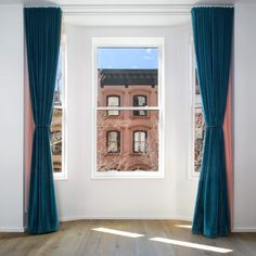 El apartamento modelo de Matter en The Standish, Brooklyn Teal Curtains, Bay Window Curtains, Velvet Curtains, Matt Damon, Brooklyn Hotels, Apartment Makeover, Amazing Spaces, Geometric Rug, Celebrity Houses