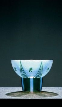 JOSEF HOFFMANN: BOWL ca. 1913 Manufacture: Johann Loetz Witwe, Klostermühle (Klášterský Mlýn, Czech Republic) Opal-colored bluish glass with green overlay and etching WI 1594 / 1915