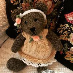 How to Crochet a Bear - Crochet Ideas Knitting Stitches, Knitting Patterns, Crochet Patterns, Knitted Dolls, Crochet Dolls, Knit Or Crochet, Crochet Baby, Knitted Teddy Bear, Mother Bears